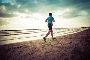 Vai para praia nas férias? Confira treinos para fazer na areia