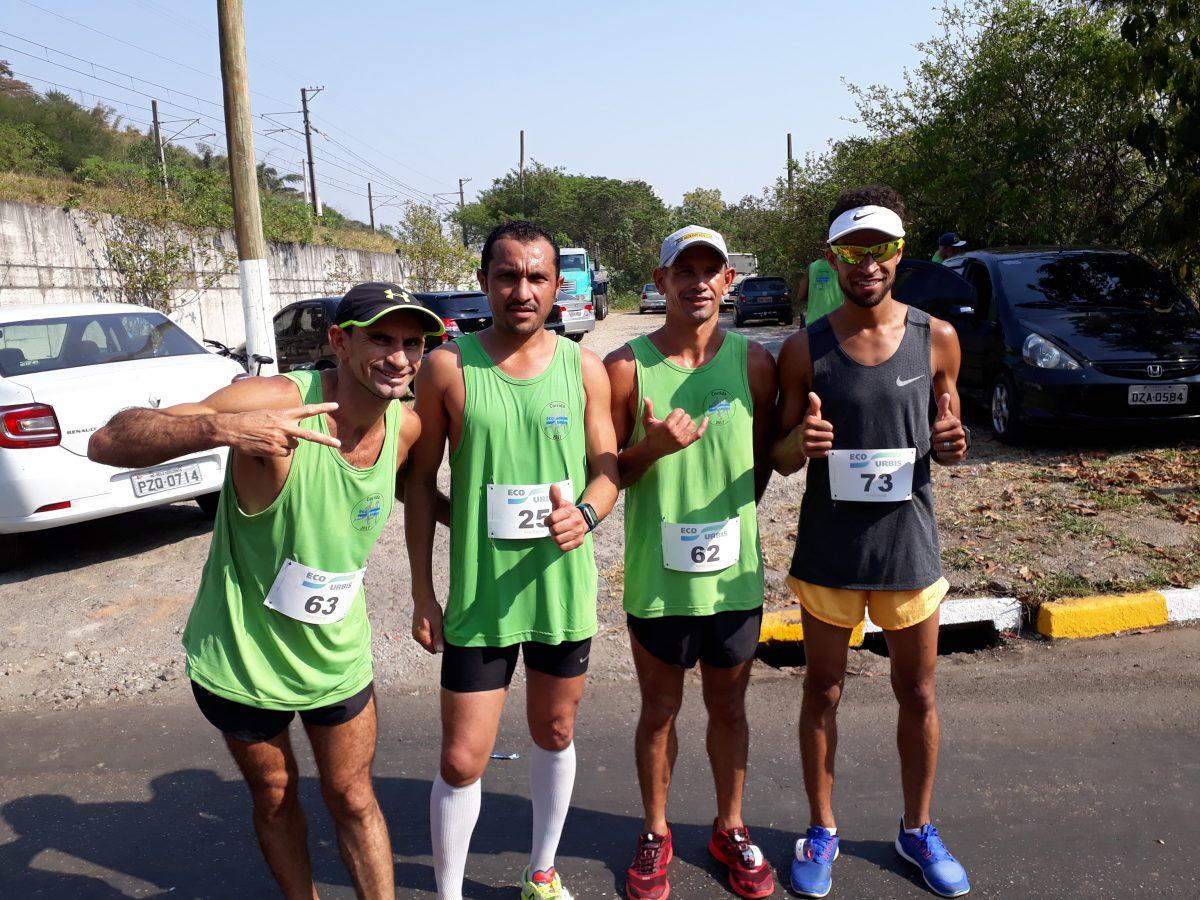 Johnatas (primeiro da direito), Ivanildo (primeiro da esquerda) junto com outros coletores que também correm. /Foto: EcoUrbis