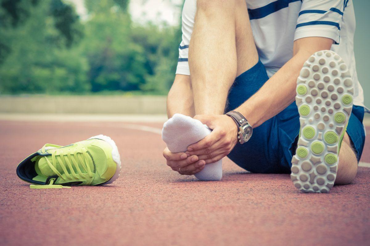 O que é a entorse de tornozelo e quando ela é mais comum?