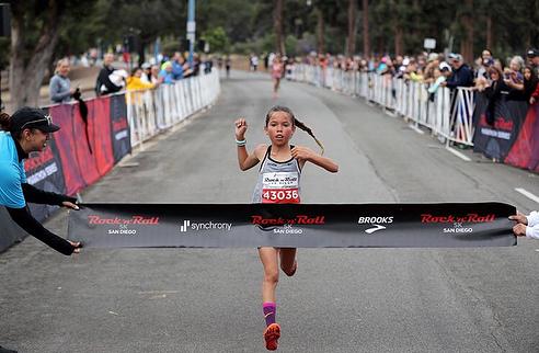Arielle Avina cruzando a linha de chegada dos 5k da Maratona de San Diego | Foto: Reprodução Instagram