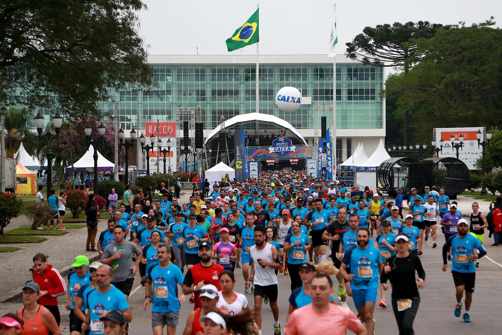 Ruas de Curitiba recebem milhares de corredores. Foto: Luiz Doro /adorofoto/HT Sports