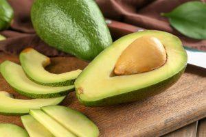 Caqui, abacate, limão... Você conhece os benefícios das frutas desta época do ano?