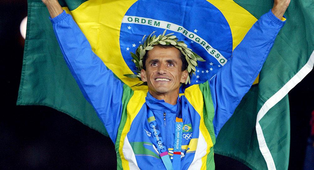 Vanderlei ao receber sua medalha olímpica Foto: Divulgação Facebook