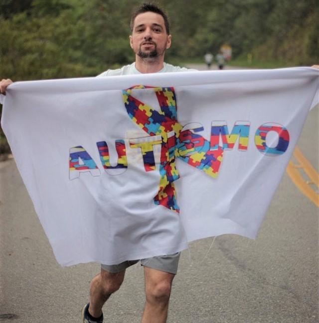 Narbal correndo com a bandeira do autismo Foto: Divulgação