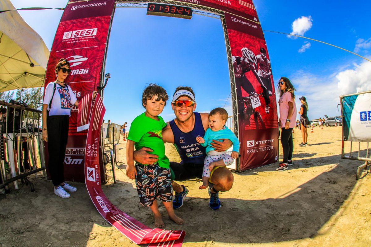Felipe Moletta comemorou mais uma vitória abraçando os filhos na chegada/ Foto: Foco Radical