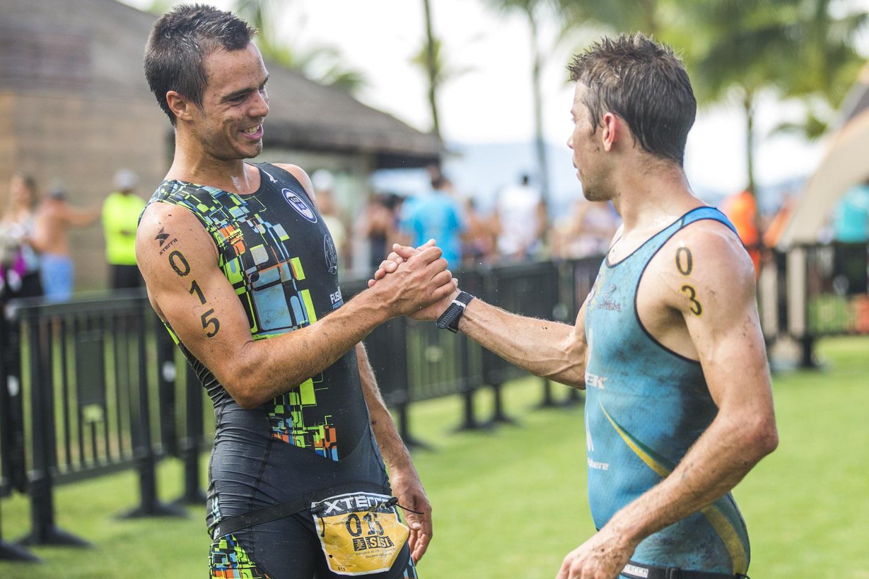 Fernando Toldi doi cumprimentado por Felipe Moletta pela vitória no Triathlon masculino. | Foto: Thiago Lemos