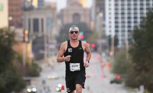 Banido do ciclismo por doping Lance Armstrong corre Maratona de Austin em 3h02min