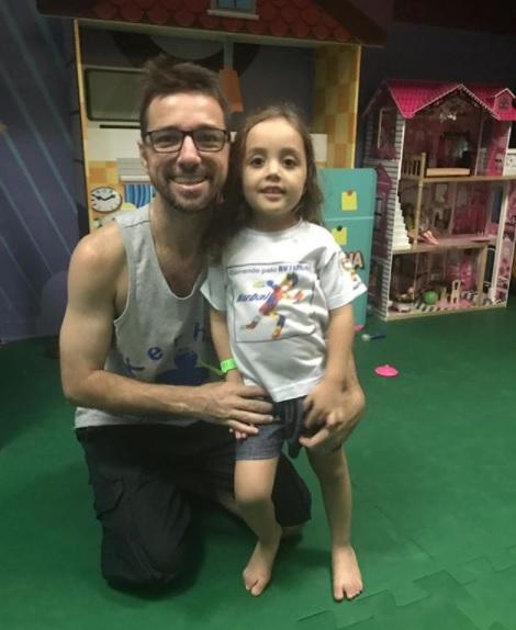 O corredor e sua pequena bailarina Foto: Divulgação