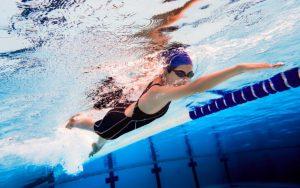 Conhece a natação adaptada? Entenda os benefícios do esporte para pessoas com deficiência