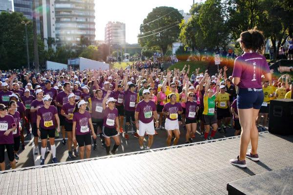 Antes da prova, todos os corredores participam de um alongamento e aquecimento coletivo. Foto: Tatiana Giustino/ divulgação.
