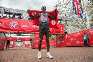 Kipchoge anuncia retorno à Maratona de Londres 2018 para manter título e conquistar terceira vitória