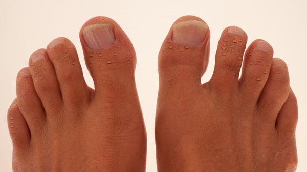 O suor no pé não é sinal de problemas na saúde do atleta Foto: Arte/ Webrun