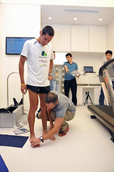 bb91c875c Antes do teste é realizada a medição dos pés (foto: Luciana Prezia/ Asics
