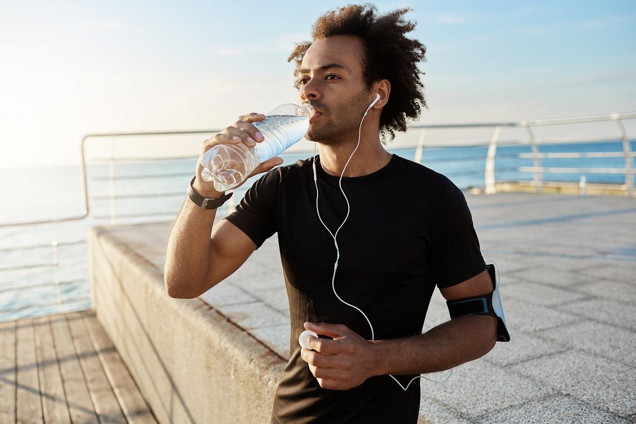 Água durante a corrida: beber ou não?