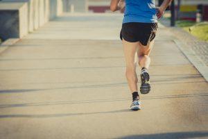 Muito impacto gera lesão no ílio-tibial. Saiba o que fazer para voltar a treinar