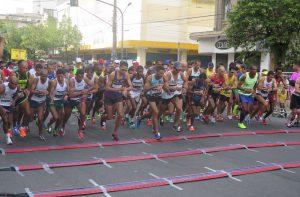 Tênis arrecadados no 34º 10 KM Tribuna FM-Unilus são doados para projeto social