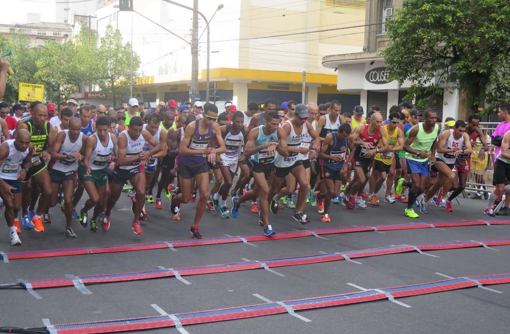 Tênis arrecadados no 34º 10 KM Tribuna FM-Unilus são doados para projeto social - Foto: Divulgação