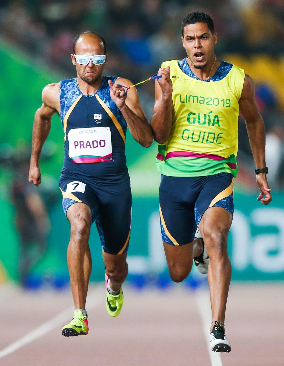 Lucas Prado compete na eliminatória dos 100m T11 do Parapan de Lima- Crédito: Alexandre Schneider/EXEMPLUS/CPB).