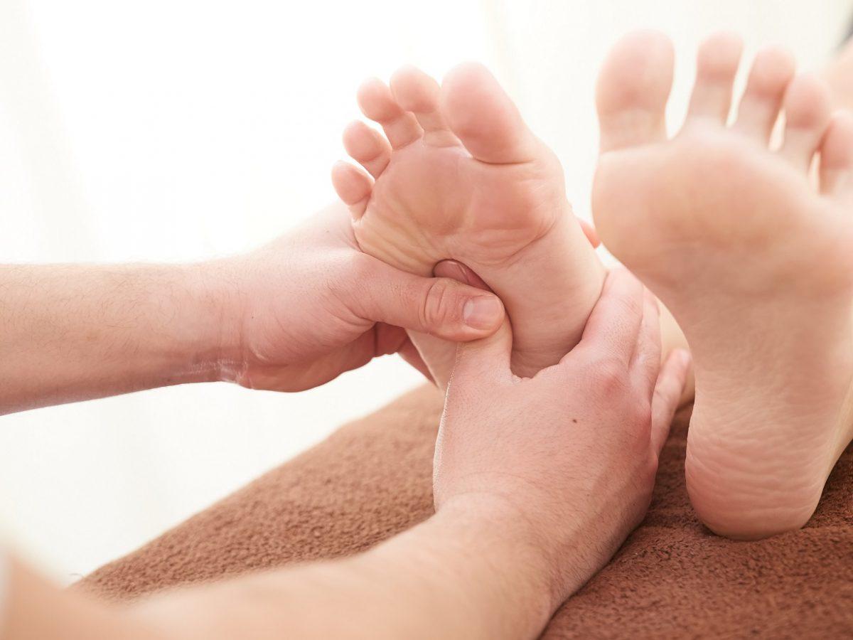 Fascite plantar: como prevenir e tratar a dor na planta do pé - Foto: Adobe Stock