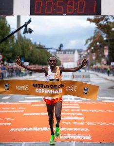 Novo recorde mundial: queniano corre 21k em 58min01s