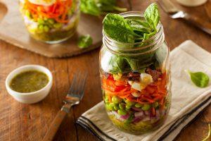 Como montar uma salada de pote? Confira dicas e receitas