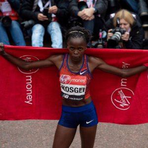 Queniana faz melhor tempo feminino nos 21k da história