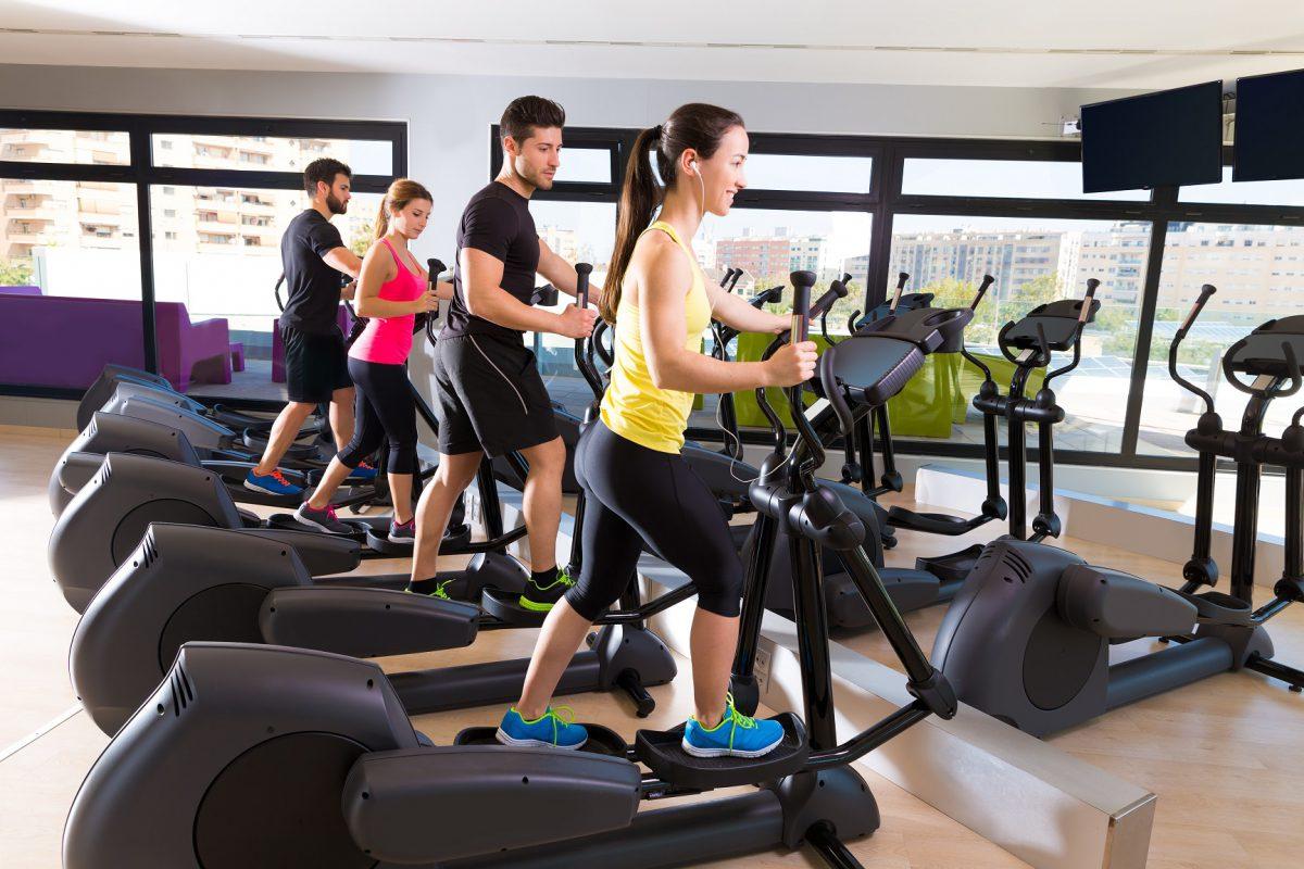 Conheça os benefícios e riscos do treinamento no elíptico - Foto: Adobe Stock