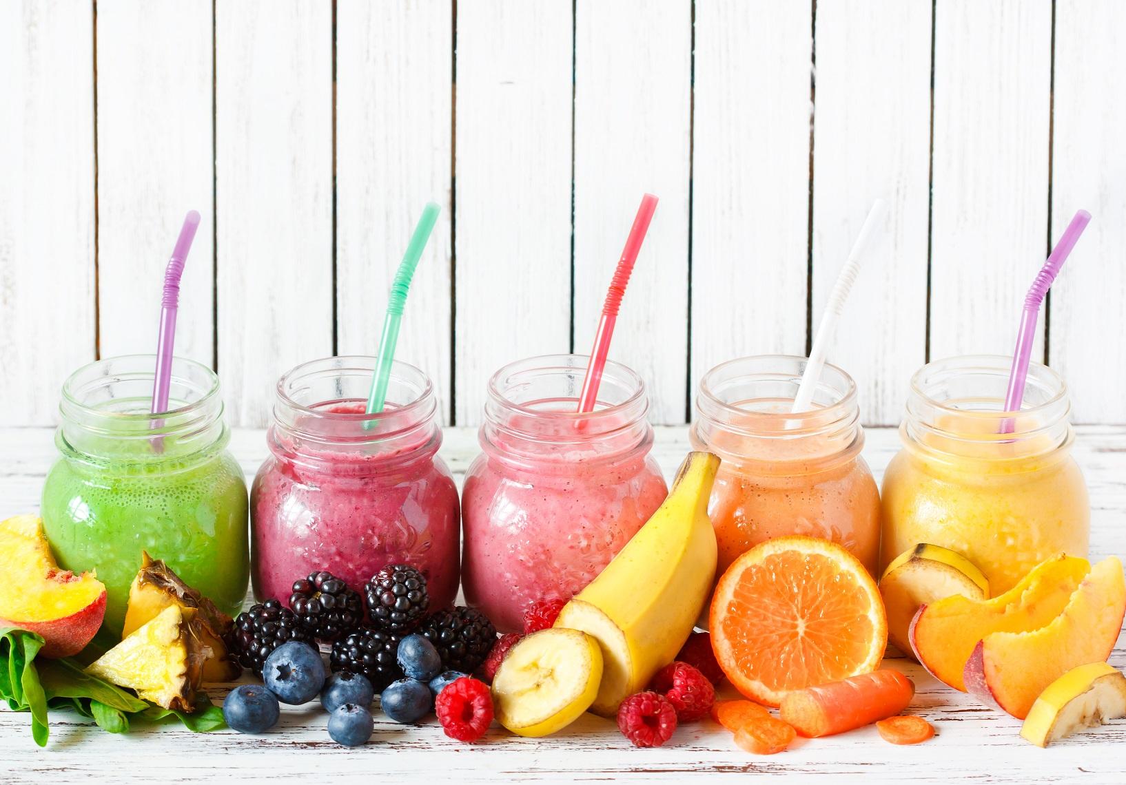 5 receitas de smoothies saudáveis para se refrescar no verão