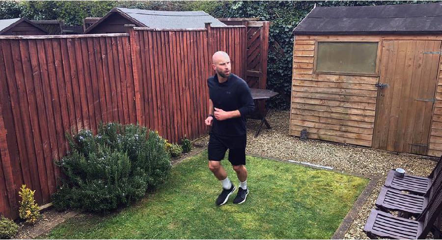 Maratona em casa? Britânico cumpriu esse desafio por uma causa nobre