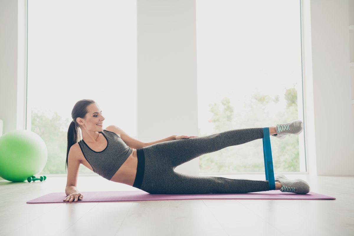 8 exercícios com elástico para manter a forma