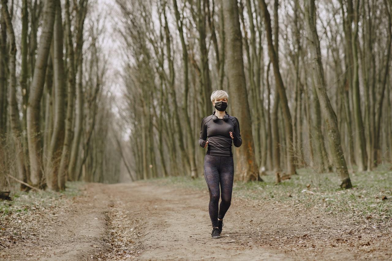 Máscara durante os treinos e a dúvida dos corredores: usar ou não?