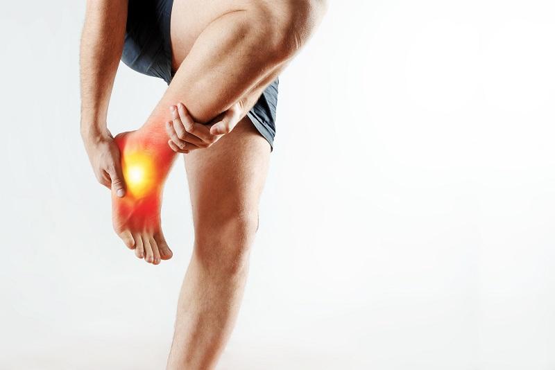 Sente dor no calcanhar? Descubra as possíveis causas do incômodo