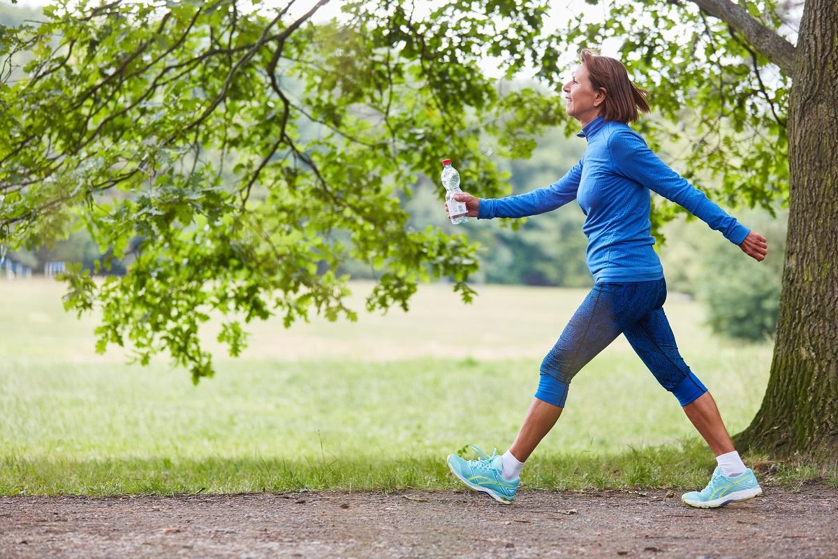 Praticar caminhada é uma forma de evitar dores na coluna