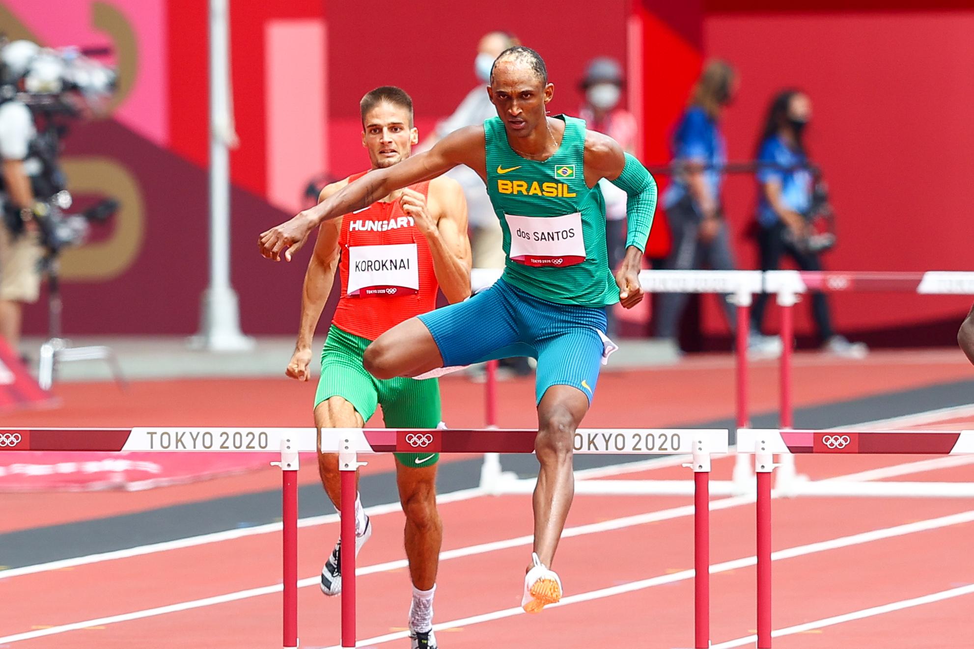 Alison dos Santos corre bem e vai às semifinais dos Jogos de Tóquio