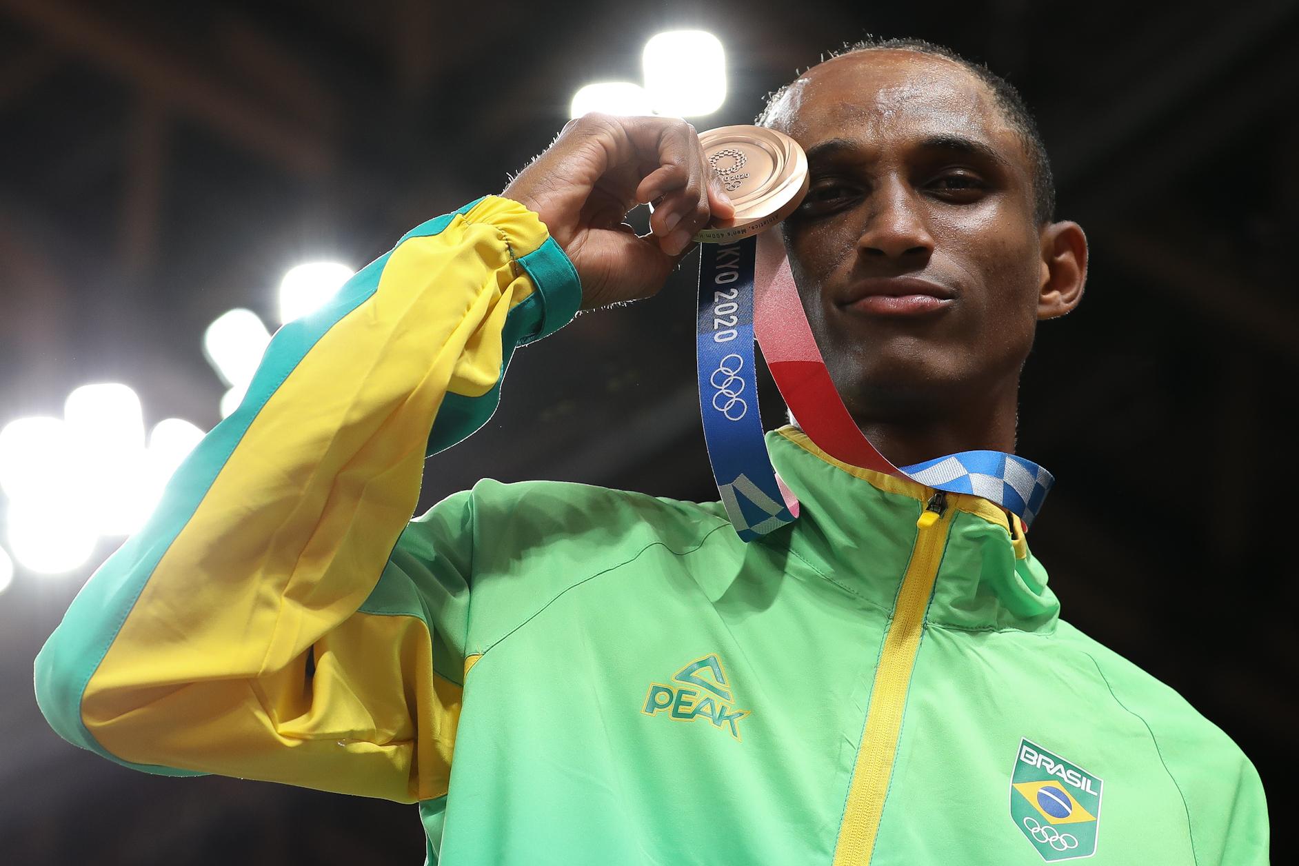 Alison dos Santos recebe sua medalha olímpica em Tóquio
