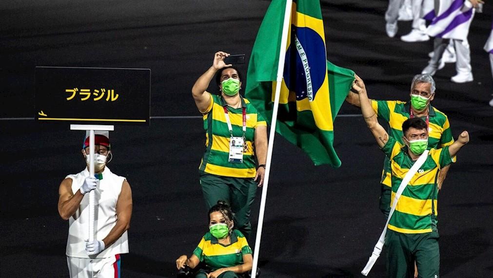 Petrúcio Ferreira e Evelyn Oliveira carregam a bandeira na abertura das Paralimpíadas