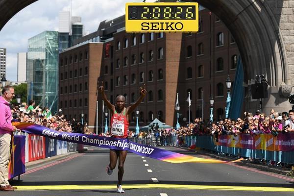O campeão fez 1h05min28 na primeira metade da prova e 1h02min59 no restante Foto: Divulgação IAAF