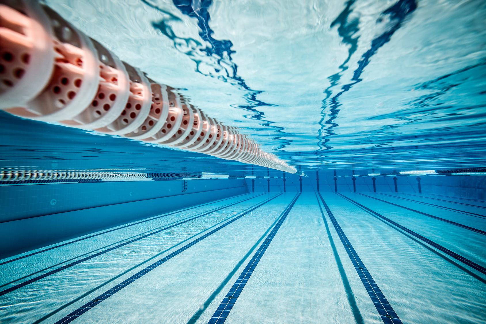 Comece a treinar natação hoje. Veja dicas para fazer exercícios na piscina do seu prédio