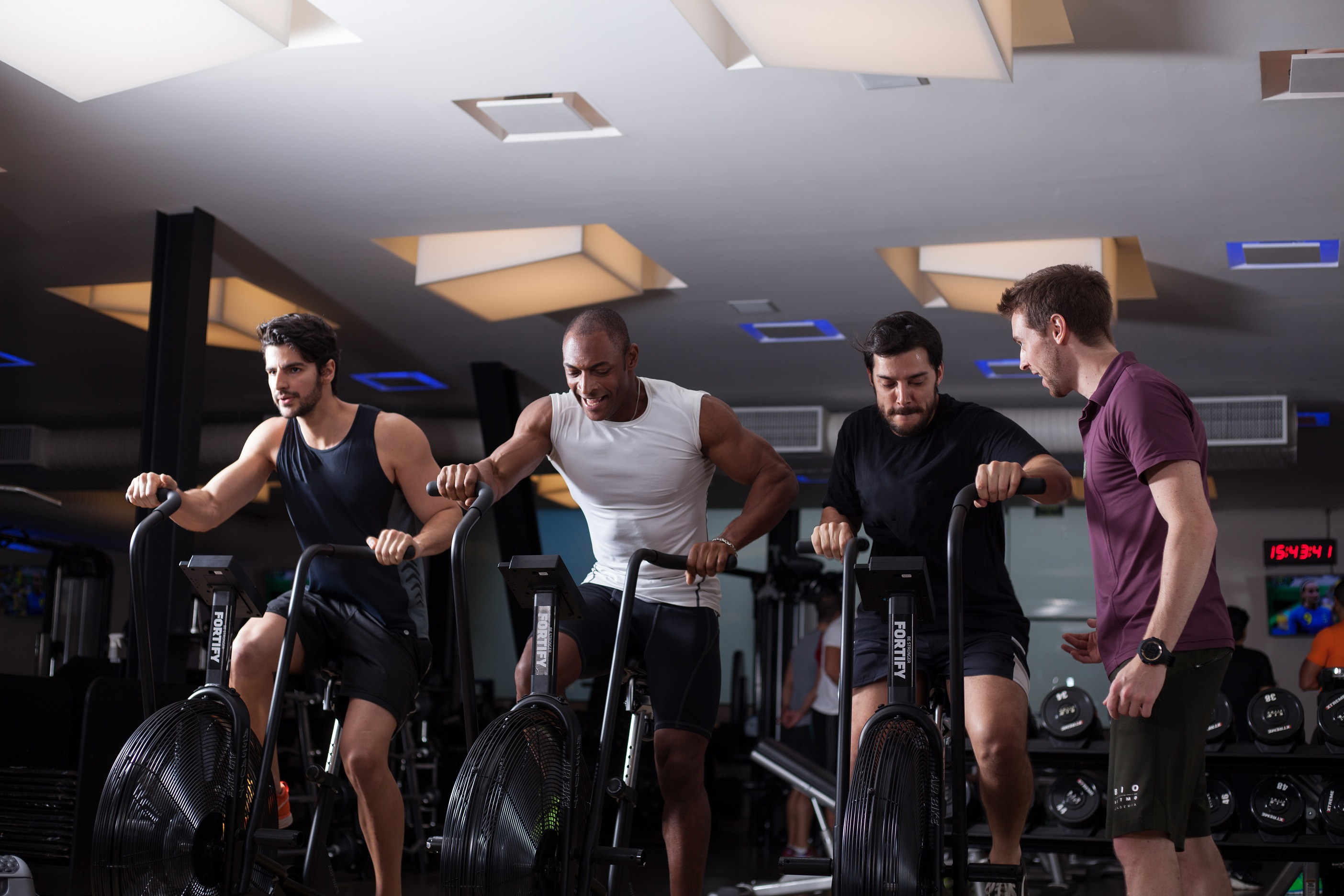 """As """"bike assalts"""" treinam coordenação motora, força e agilidade.   Foto: Bio Ritmo."""