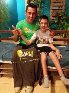 Cleiton e Jonas posam sorridentes com camisas Uphill Marathon