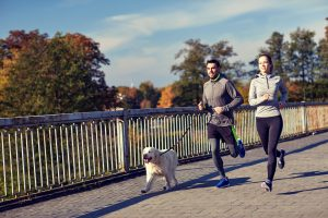 Correr com seu cachorro pode fazer muito bem para a saúde dos dois!