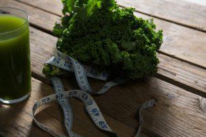 Caminhar após comer ajuda à digestão? Conheça alguns mitos e verdades sobre hábitos e alimentos
