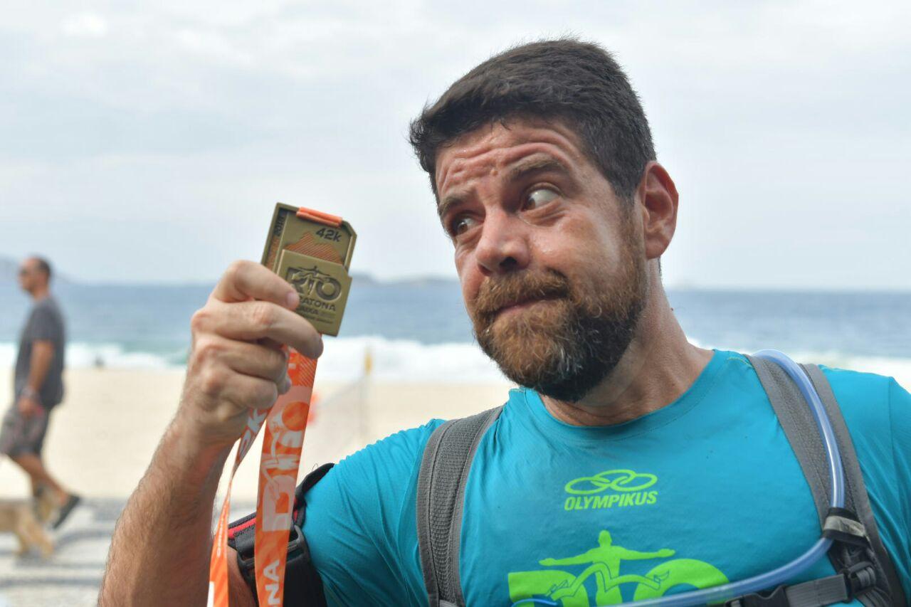 Corredor interagindo com medalha. | Foto: Divulgação
