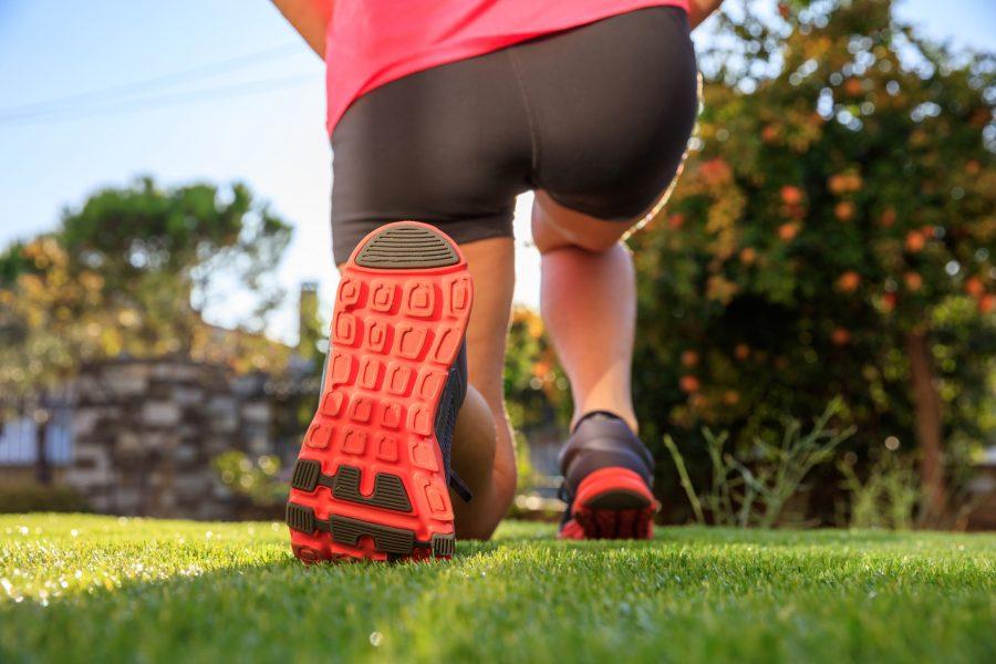 Corredores que costumam correr com drop mais alto, amortecimento e não usam tênis diferentes, acabam tendo um tipo de pisada que varia bem menos Foto: Rawf/Fotolia