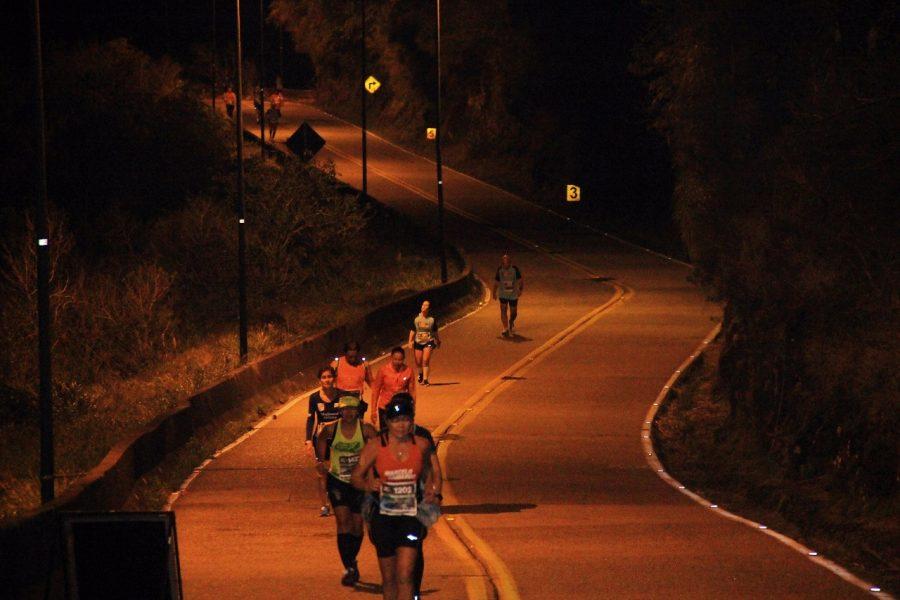 Corredores enfrentam a Serra de manha e na parte da noite Foto: Christina Volpe/Webrun