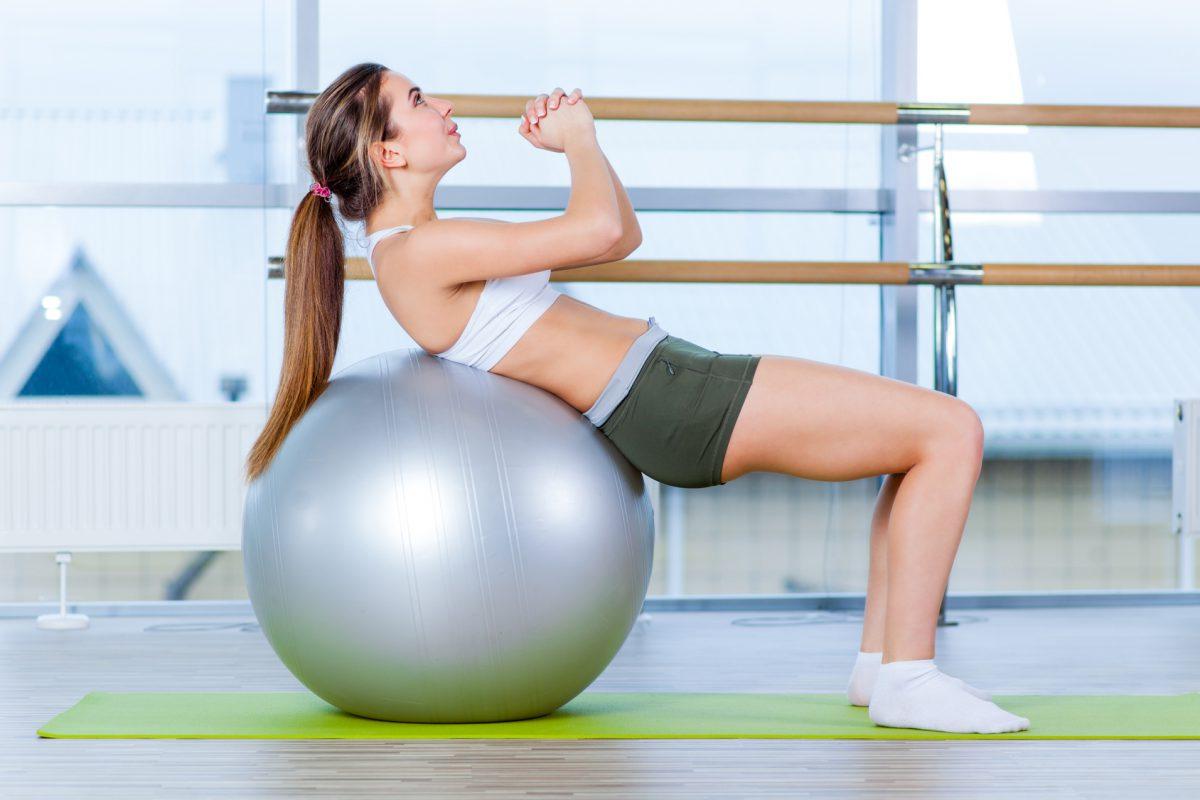 Fit ball traz inúmeras opções de exercícios/ Foto: Fotolia
