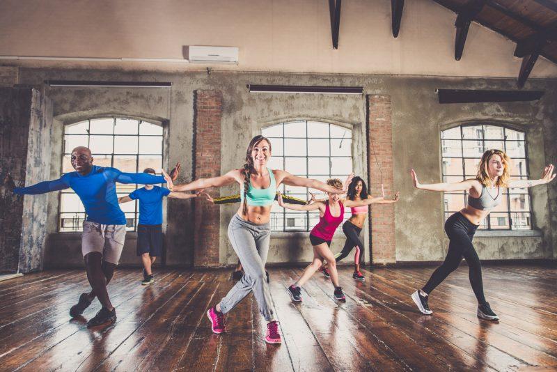 Utilizando uma proposta inclusiva, a FitDance trabalha com movimentos coreográficos modernos Foto: oneinchpunch/Fotolia