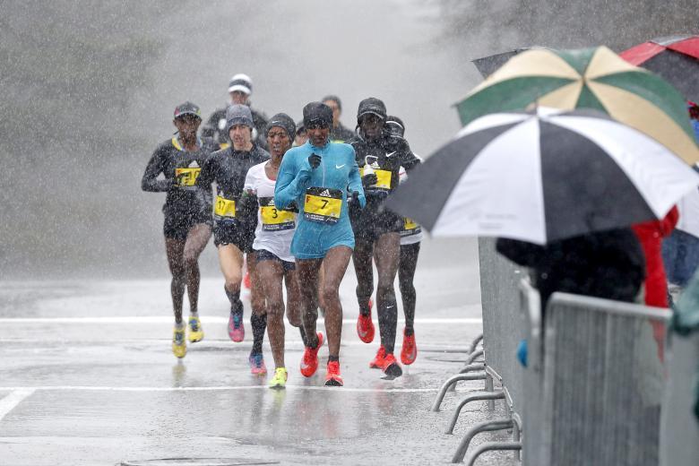Corredores enfrentando as pancadas de chuva e frio na prova. | Foto: Reuters.