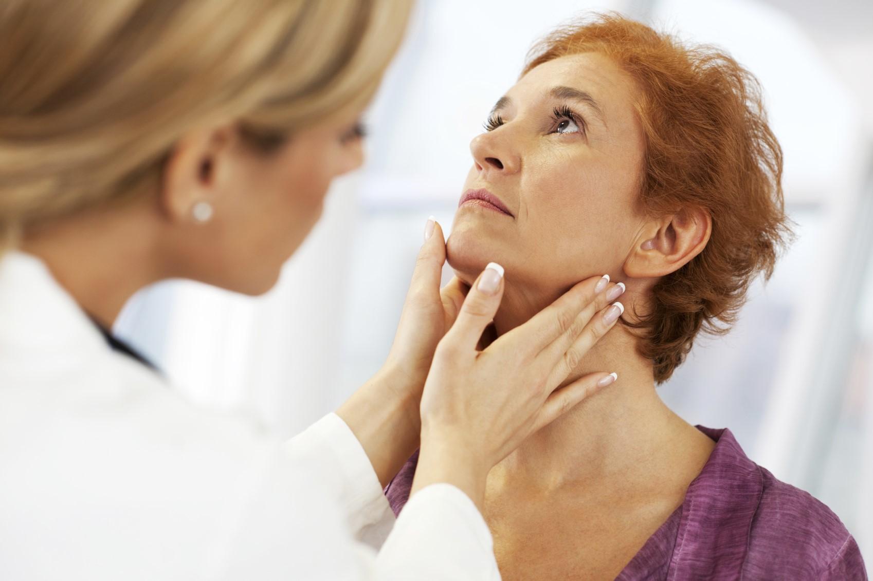 Médico examina a tireoide Foto: Pixabay